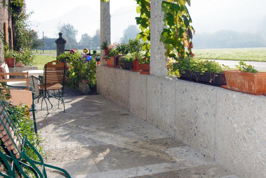 Nagelfluh Naturstein Mauer und Terrassenbelag