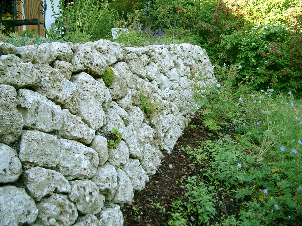 Trockenmauer aus dem Naturstein Nagelfluh