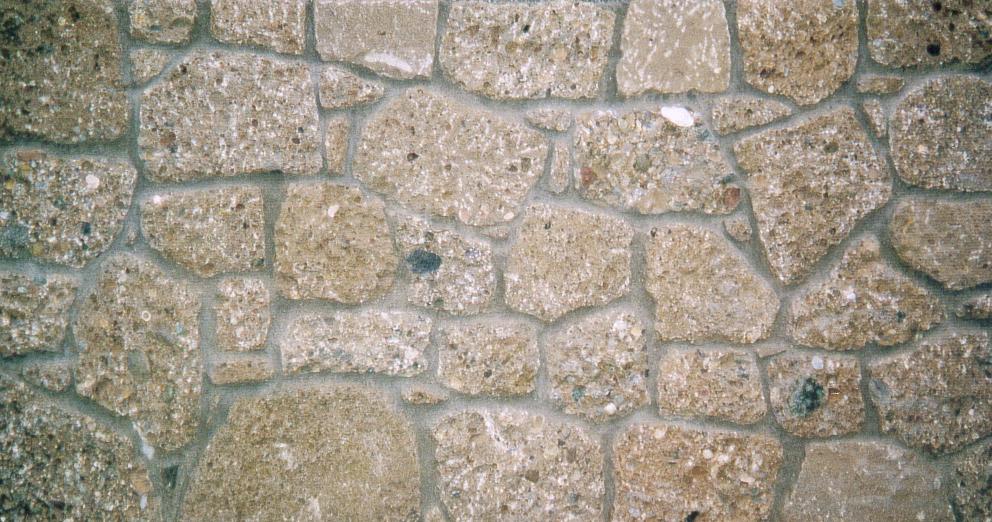 Nagelfluh Bruchsteinmauer mit Mörtelfugen