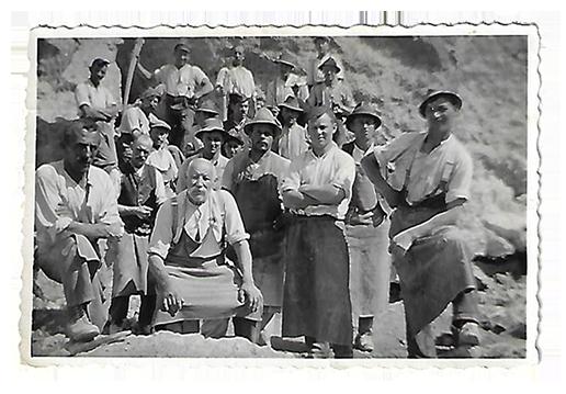 Martin Grad sen. mit Arbeitern im Steinbruch