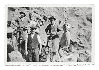 Arbeiter bearbeiten Nagelfluh im Steinbruch