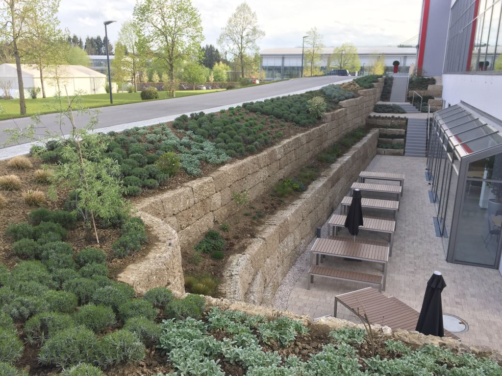 Nagelfluh Naturstein Spaltsteinmauer, bossiert