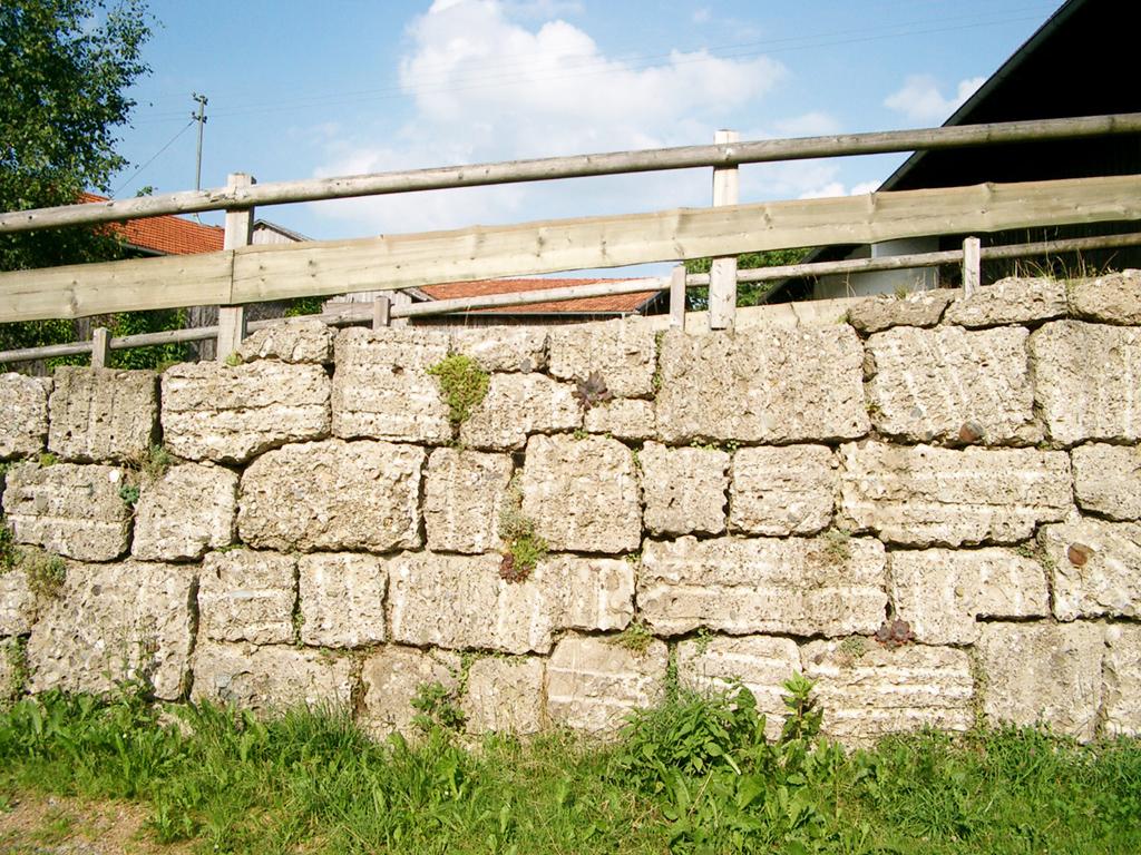 Quadersteinmauer aus Naturstein Nagelfluh