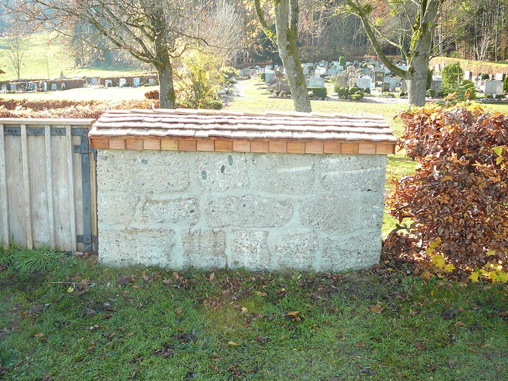 Friedhofsmauer aus Nagelfluh mit Holzschindeldach