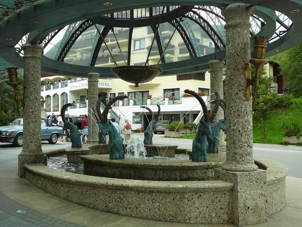 Nagelfluh Säulen an einer Brunnenanlage mit Bronzeelementen