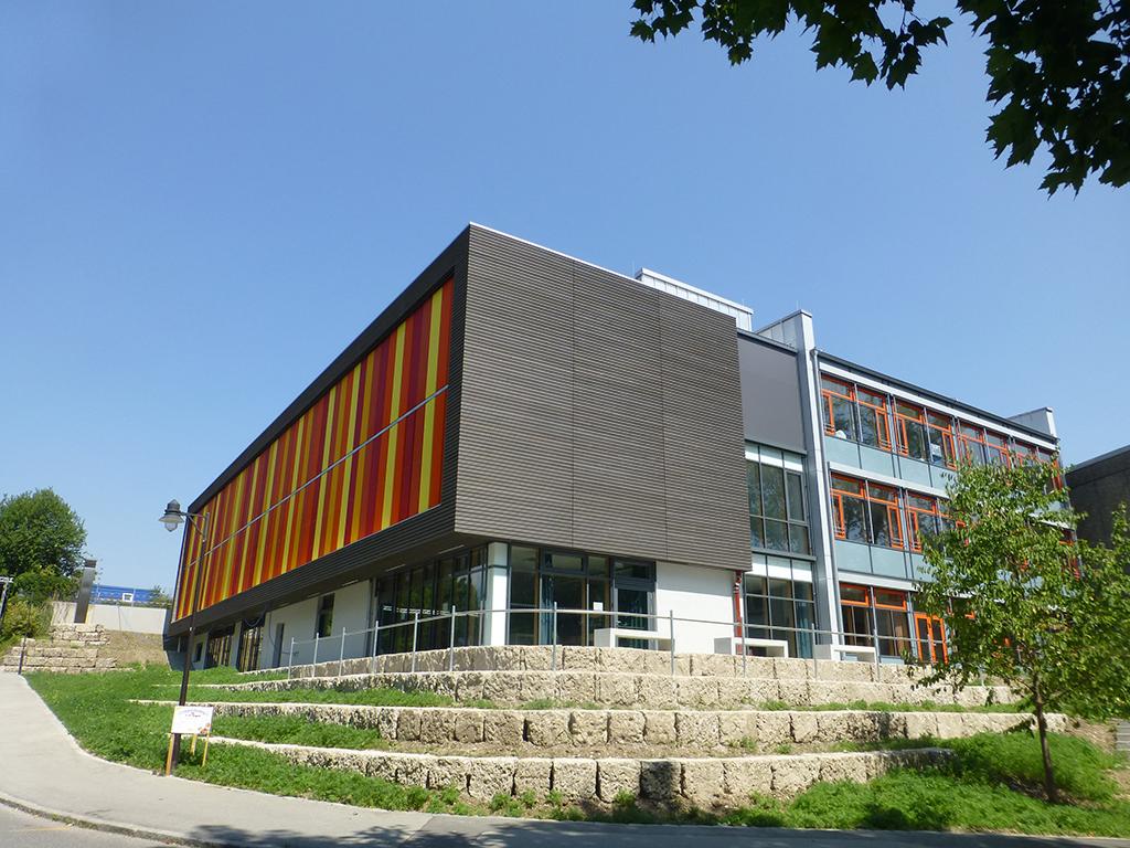 Außenanlage der Realschule Ebersberg mit Nagelfluh Mauerwerk